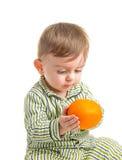 Baby en sinaasappel Stock Foto