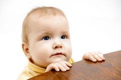 Baby en stoel stock afbeeldingen
