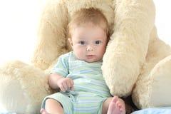 Baby en teddybeer die u bekijken royalty-vrije stock afbeeldingen
