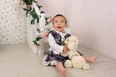 Baby en zachte stuk speelgoed hond royalty-vrije stock afbeeldingen