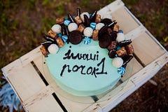 Baby-erster Geburtstag, blauer Kuchen auf einem Kasten für 1-jähriges Baby Lizenzfreies Stockbild