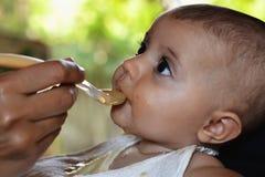 Baby essen Mahlzeit die im Freien Lizenzfreie Stockfotografie