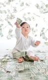 Baby fångar pengar för att regna i lufta Royaltyfri Bild