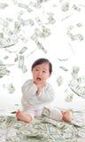 Baby förvånade roligt vänder mot med pengar regnar Royaltyfri Foto