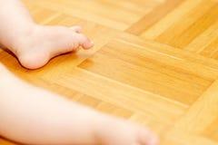 Baby-Füße auf dem Boden 1 Lizenzfreie Stockbilder