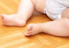 Baby-Füße auf dem Boden 4 Lizenzfreie Stockbilder