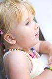 Baby am Fenster Stockfotos
