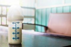Baby-Flasche mit schönem weißem Licht lizenzfreie stockfotografie