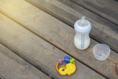 Baby: Flasche und Spielzeug Lizenzfreies Stockbild