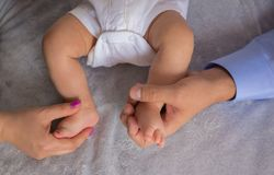 Baby foots, parents hands Royalty Free Stock Images