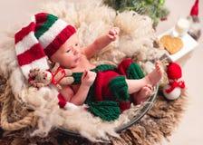Baby in gebreid kostuum stock fotografie