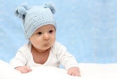 Baby in gebreide hoed Royalty-vrije Stock Afbeeldingen