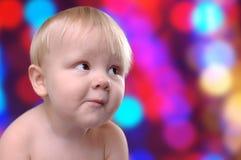 Baby gegen die Hintergrundlichter Stockbild