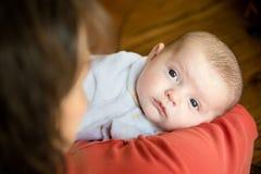 Baby gehalten in den Armen der Mutter Lizenzfreies Stockbild