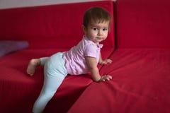 Baby geht von der Couch, frühe Konzeptentwicklung, Sicherheit weg L stockfoto