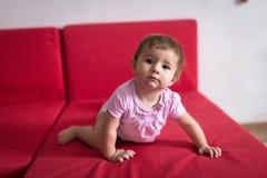 Baby geht von der Couch, frühe Konzeptentwicklung, Sicherheit weg L stockfotos