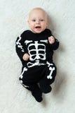 Baby gekleed skelet stock foto's