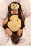 Baby gekleidet als Affeschreien Stockbild