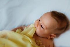 Baby in gele deken Stock Foto's