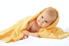 Baby in gele handdoek Stock Foto