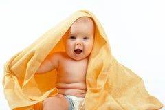 Baby in gele handdoek Stock Fotografie