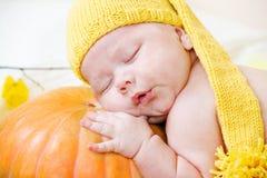 Baby in gele hoed Stock Afbeelding
