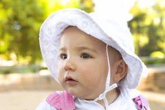 Baby geschützt durch Hut Lizenzfreie Stockfotografie