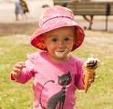 Baby geschmiert mit Eiscreme Stockfoto