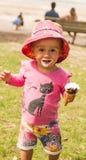 Baby geschmiert mit Eiscreme Stockbilder