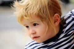Baby in gestreiftem Hemd Lizenzfreie Stockfotos