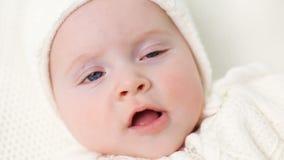 Baby gestrickt im weißen Overall stock footage