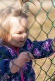 Baby girl Handen looking geluk Park stock foto's