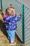 Baby girl looking geluk Handen Park royalty-vrije stock afbeelding
