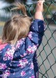 Baby girl looking Handen geluk Park stock foto's