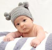Baby in grijze hoed Stock Afbeelding