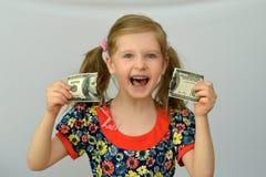 Baby hält in den Händen eine heftige Banknote, Dollar, Bankkrise Lizenzfreies Stockfoto
