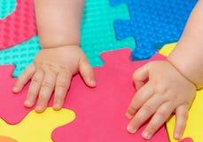 Baby-Hände auf dem Boden 1 Lizenzfreie Stockfotos
