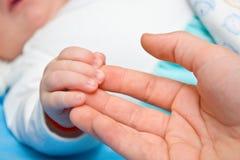 Baby hand in hand Stock Afbeelding