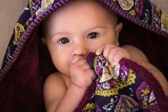 Baby in handdoek Stock Foto's