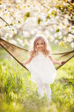 Baby hat Spaß in der Hängematte im Garten Stockfotos