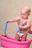 Baby in het bad van het stuk speelgoed Stock Afbeeldingen