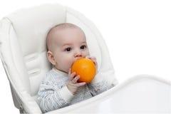 Baby het bijten sinaasappel royalty-vrije stock foto's