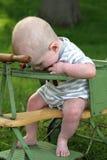 Baby het kauwen op parels op antieke wandelwagen in openlucht royalty-vrije stock foto