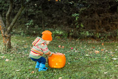 Baby het openen deksel op Halloween-pompoen Royalty-vrije Stock Afbeelding