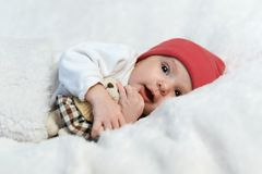 Baby in het rode hoed glimlachen Stock Foto's
