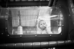 Baby het spelen binnen een stuk speelgoed tunnel Stock Fotografie