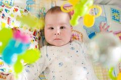 Baby het spelen in een voederbak royalty-vrije stock foto's