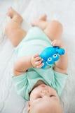 Baby het spelen en ontdekking royalty-vrije stock foto's