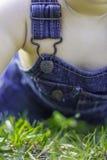 Baby het spelen in het gras Stock Foto