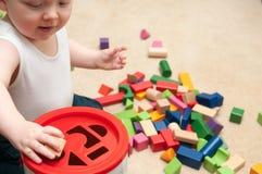 Baby het spelen met blokken en sorterende vormen Royalty-vrije Stock Foto